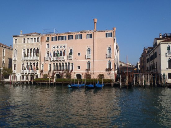 Ca' Sagredo Hotel: Vue sur l'hotel depuis le grand canal