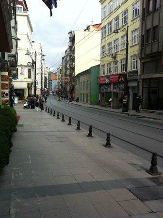 Ersu Hotel: Рядом с отелем трамвайная остановка