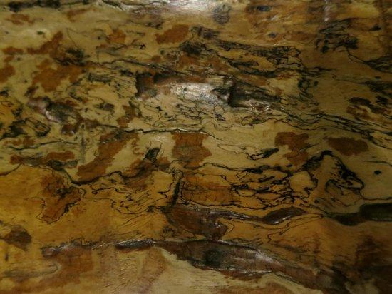 Khaomao-Khaofang Restaurant : Surface of the wooden table