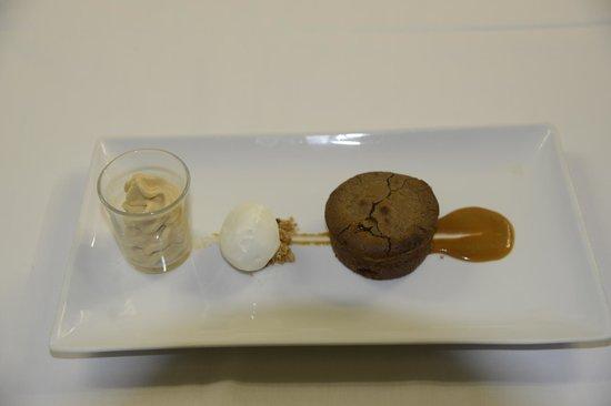 Le Prieuré : fondant au chocolat, espuma caramel beurre salé,glace yaourt