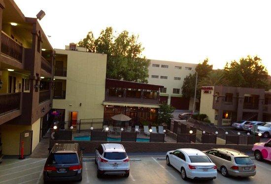 GreenTree Pasadena Inn: la vue depuis le premier étage du motel, sur la piscine