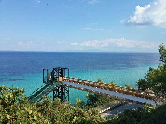 Aristoteles Beach Hotel : Мост на пляж