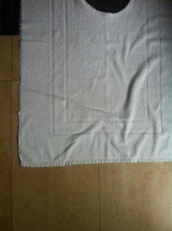 Adaaran Prestige Vadoo: frayed bath matt