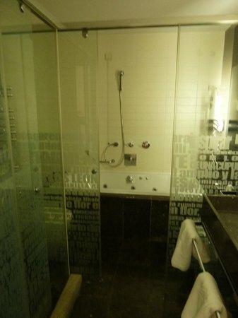 Parador de Granada: Our bathroom - not great : (