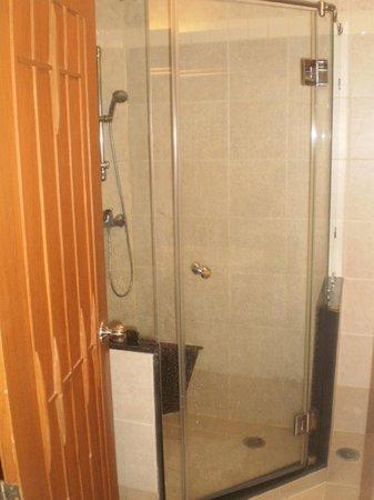Whitehouse Condotel: Bathroom
