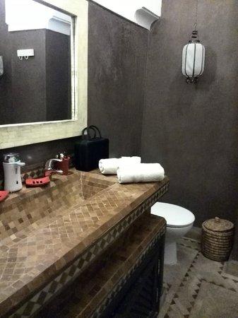 Riad Ambre et Epices: Baño habitación primera planta