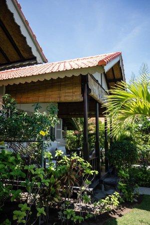 Kembali Beach Bungalows: Zijkant veranda