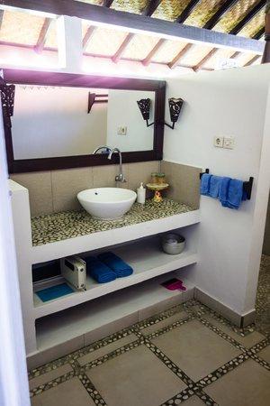 Kembali Beach Bungalows: De badkamer