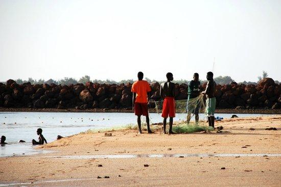 Hotel Club Royal Saly: Bambini e pescatori davanti l'Htl
