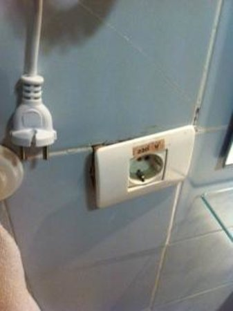 Lagos de Cesar by Blue Sea: Unsafe electricity in bathroom / loose sockets