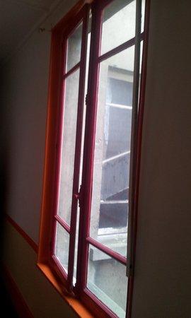 Hotel D'alsace: Couloir, avec tringle à rideaux qui pend