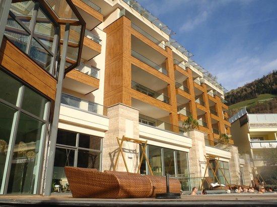 Quellenhof Sport & Wellness Resort: VISTA DEL HOTEL VITAL DALLA PISCINA SALATA