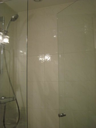 Timhotel Tour Montparnasse : shower