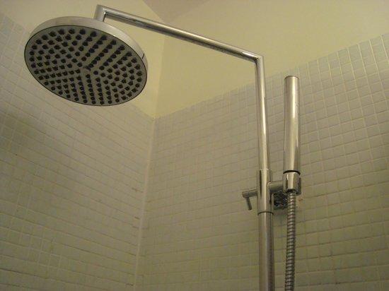 La Maison Montparnasse : showers