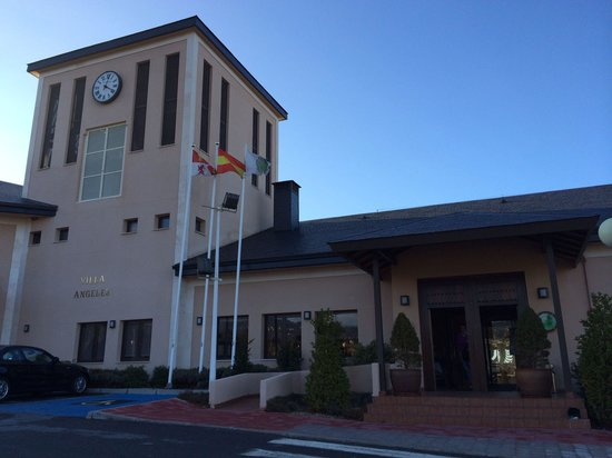 Restaurante Golf Segovia: Entrada al restaurante de la casa club del golf