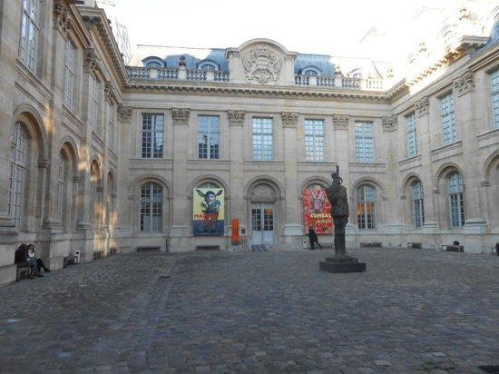 Museum of Jewish Art and History: Cours de L'hôtel de St Aignan, statue de de Gaulle.