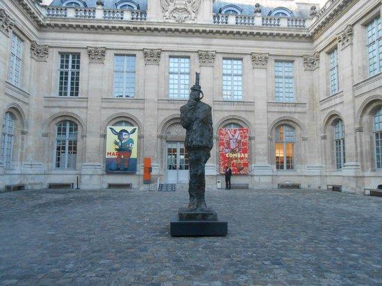 Musée d'Art et d'Histoire du Judaïsme: Cour et statue du Général de Gaulle.