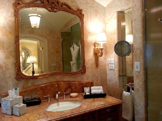 The Leela Palace Bengaluru : Bathroom