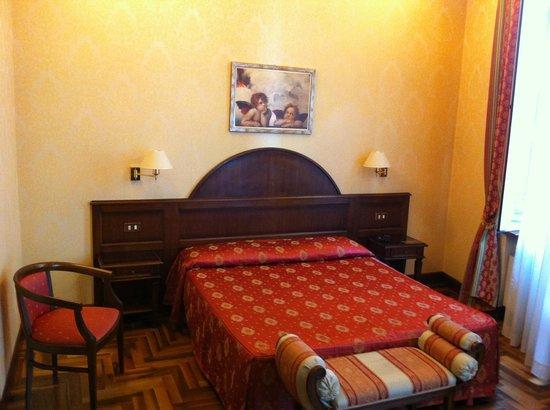 Hotel Boccaccio: ベッド。可もなく不可もなく。