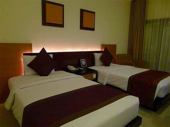 Adhi Jaya Hotel: Our double room