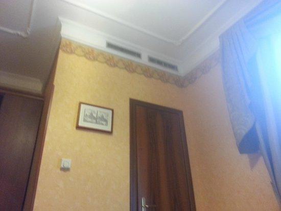 Villa San Lorenzo Maria Hotel: bathroom door- bathroom is small