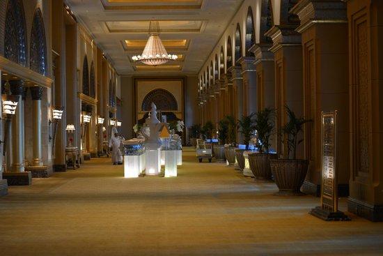 Emirates Palace: un corridoio per ricevimenti