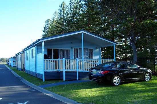 Windang Beach Tourist Park: lake front deluxe cabin