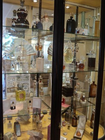 Parfumerie Fragonard - L'Usine laboratoire: витрины с экспонатами