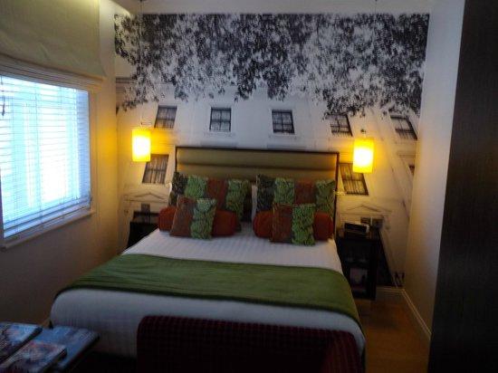 Hotel Indigo London-Paddington: Large bed.
