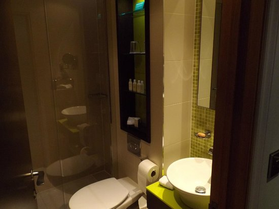 Hotel Indigo London-Paddington : Modern nice bathroom, shower only.