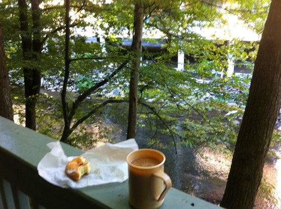 Riverhouse at the Park: Balcony & breakfast