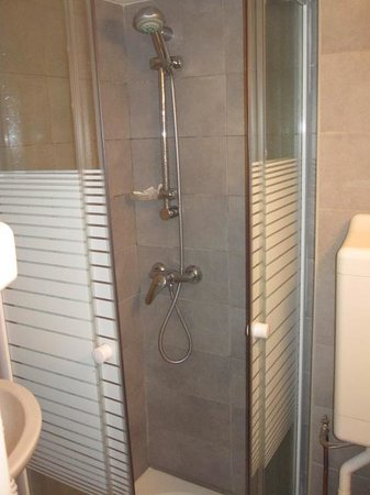 Hotel de Nevers Paris 11e: Regular size shower