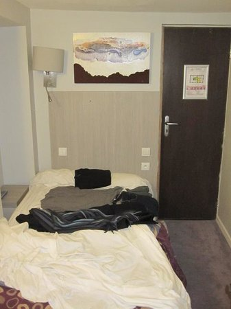 Hotel de Nevers Paris 11e: Barely enough room for a twin size bed