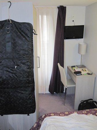 Hotel de Nevers Paris 11e: No room to walk
