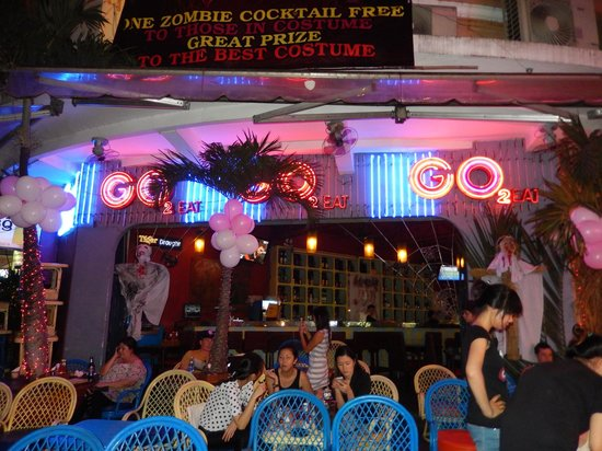 Duc Vuong Hotel: halloween night at the bar