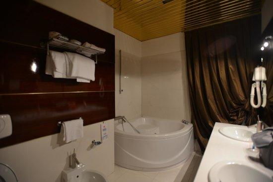 Hotel Valentino: secondo bagno con vasca idromassaggio