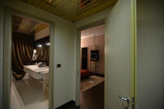 Hotel Valentino: scorcio del bagno grande e camera da letto