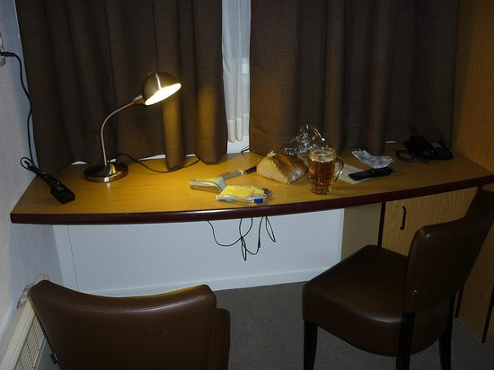 Tulip Inn Antwerpen: Стол в комнате