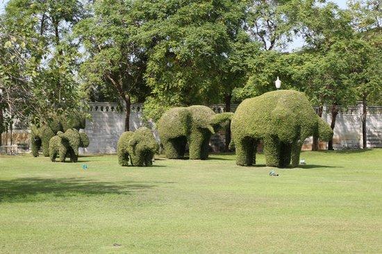 Bang Pa-In Palace: Potatura degli arbusti