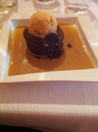 Les Vignes : Fondant au chocolat coulant à coeur, crème anglaise au caramel et sorbet pomme maison