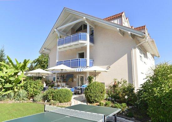 Happy House - Das fröhliche Urlaubszuhause: Garten mit Tischtennisplatz