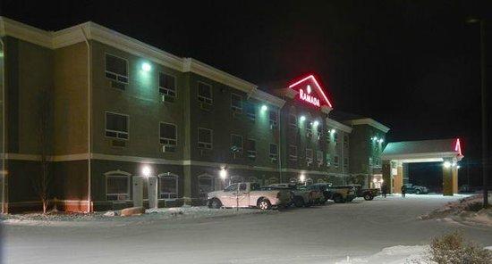 Ramada Weyburn: Front entrance and parking