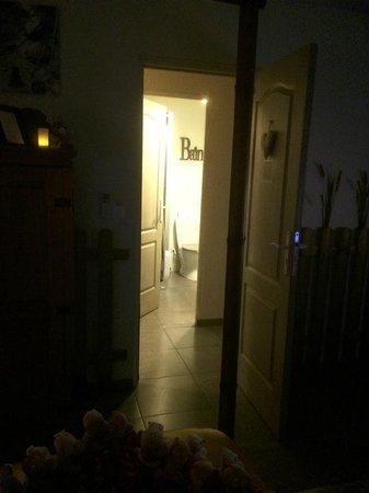 Bastide Le Temps des Secrets : Chambre Namasté et sa salle de bains privative en face