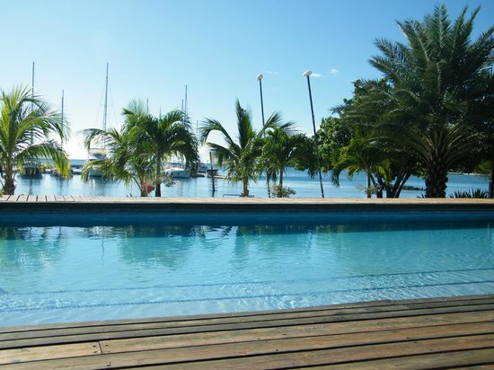Le Phare Bleu Boutique Hotel & Marina : Getting rum-punched poolside