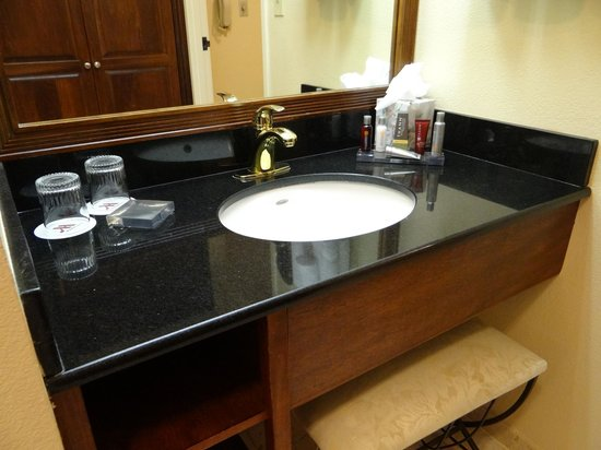 Miami Marriott Dadeland: Sufficient sink area with good lighting