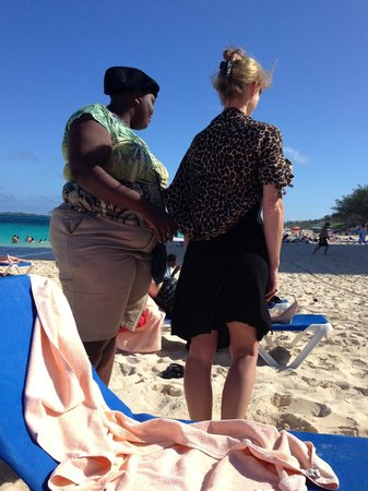 Hotel Riu Palace Paradise Island: Beach vendor fashion show/sales pitch--great fun