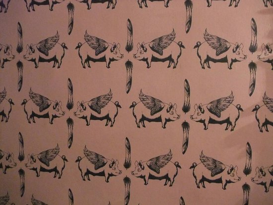 Hickory's Smokehouse: the wallpaper in the ladies toilets