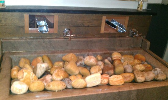 Hickory's Smokehouse: the sink in the gents toilet