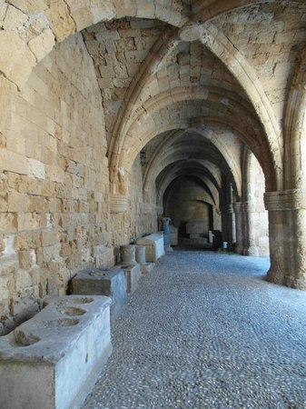 Museo arqueologico de Rodas: O átrio do Museu Arqueológico de Rodes.