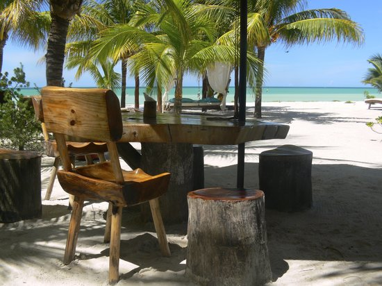 Holbox Hotel Mawimbi: Barquito beach bar & restaurant at MAWIMBI